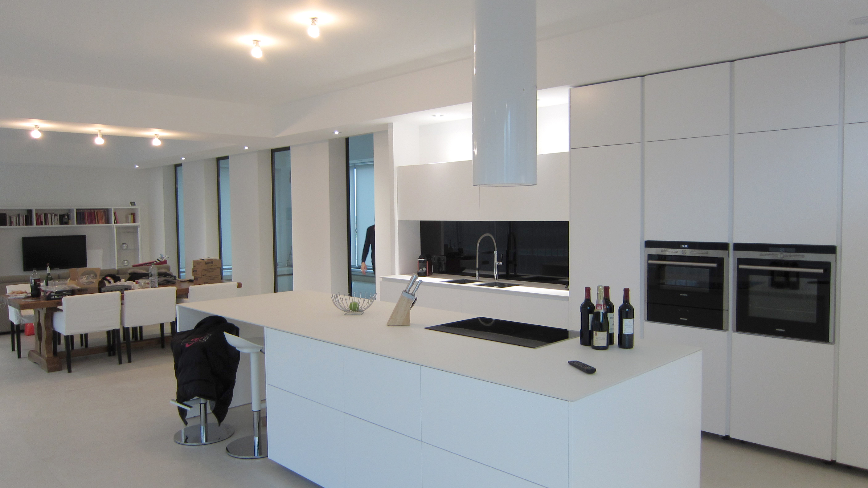 ralisation dune crdence en verre laqu noir abolu dans une cuisine minimaliste du ct luxembourgeois pour un contraste avec le blanc immacul - Cuisine En Verre Blanc